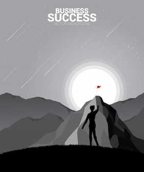 Sylwetka planowania biznesmen na szczyt góry. koncepcja celu, misji, wizji, ścieżki kariery, kropka wielokąta łączy styl linii