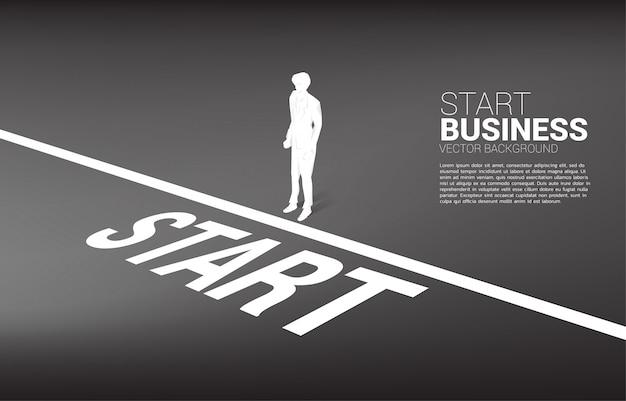 Sylwetka przygotowywająca iść od początku linii biznesmen. pojęcie ludzi gotowych do rozpoczęcia kariery i biznesu