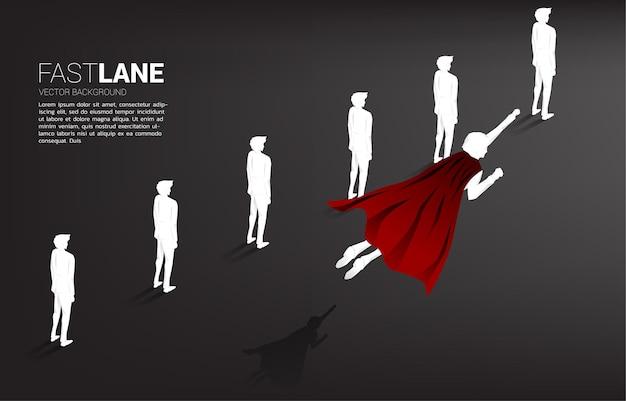 Sylwetka superbohatera lecącego nad rzędem ludzi. koncepcja pobudzenia i wzrostu w biznesie.
