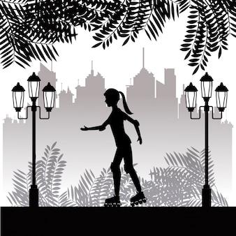 Sylwetki dziewczyna z rolkowym łyżwa parka miasteczka tłem