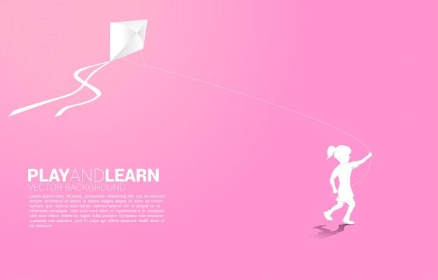 Sylwetki dziewczyny bieg z latającą kanią w niebie