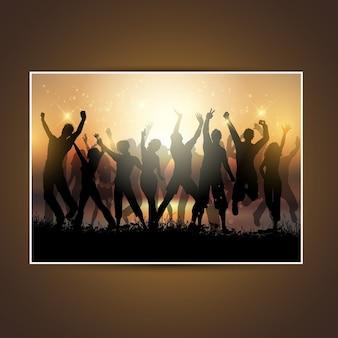 Sylwetki grupy ludzi tańczących na zachodzie słońca