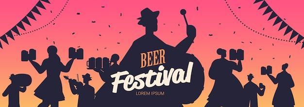 Sylwetki ludzi świętuje festiwal piwa