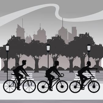 Sylwetki młodzi bycicle parka miasta grupowego jeździeckiego tło