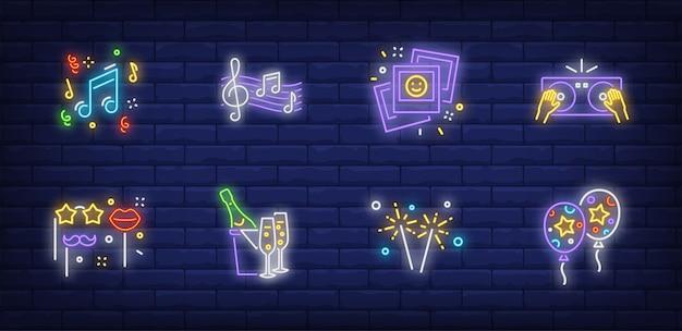 Symbole imprezowe ustawione w stylu neonowym z balonami powietrznymi
