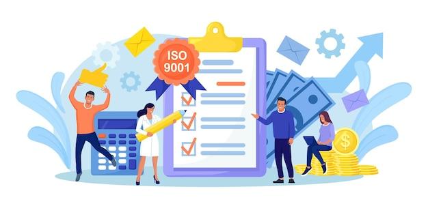 System zarządzania jakością iso 9001 i międzynarodowa certyfikacja. mali ludzie biznesu przeszli standardową kontrolę jakości. branża standaryzacji dokumentów