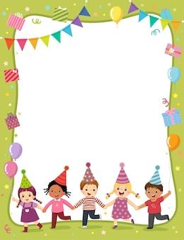 Szablon dla z kreskówką szczęśliwych dzieci trzymających się za ręce na zaproszenie lub kartkę urodzinową.