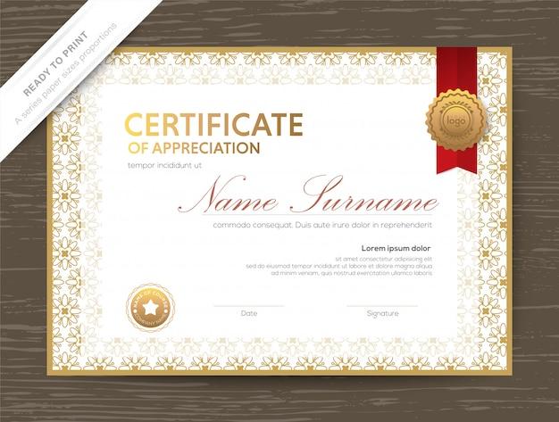 Szablon dyplomu złotego certyfikatu z klasyczną kwiecistą obwódką i ramką