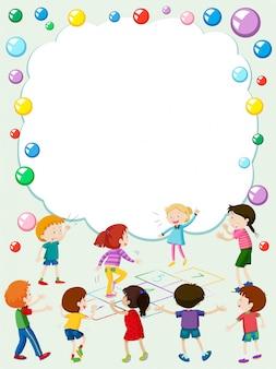 Szablon granicy z dzieciakami grających w chmurkę
