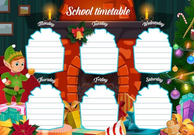 Szablon harmonogramu ferii zimowych z prezentami świątecznymi i postacią elfa. bajkowy pomocnik świętego mikołaja, zapakowane prezenty i choinka przy kominku kreskówki. planer tygodnia dla dzieci