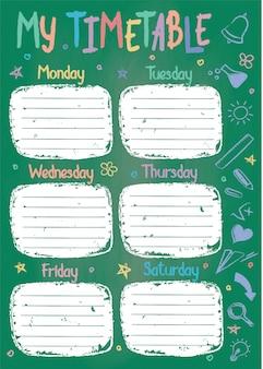 Szablon harmonogramu szkoły na tablicy kredą z ręcznie napisane kolorowe kredy tekst. cotygodniowe zajęcia lekcyjne w szkicowym stylu ozdobione ręcznie rysowane szkolne gryzmoły na zielonej tablicy.