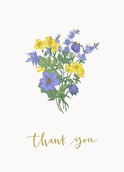 Szablon karty kwiatowy z przepięknym bukietem lub bukietem fioletowych i żółtych kwiatów kwitnących łąki i dzikich ziół kwitnących na białym tle i napisem dziękuję