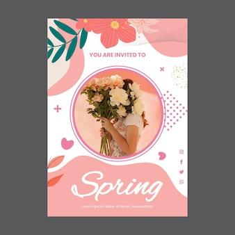 Szablon karty z pozdrowieniami na przyjęcie wiosenne z kobietą i kwiatami