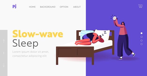 Szablon landing page na nocny odpoczynek, sen i pościel. mężczyzna w piżamie spać na łóżku ignorując budzik. męski charakter spania w zrelaksowanej pozie kobieta obudź go. ilustracja wektorowa kreskówka ludzie