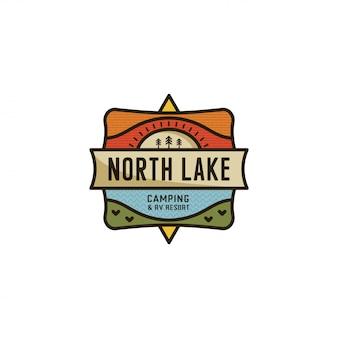 Szablon logo camping. plaster północnego jeziora i emblemat płaski kształt odznaki