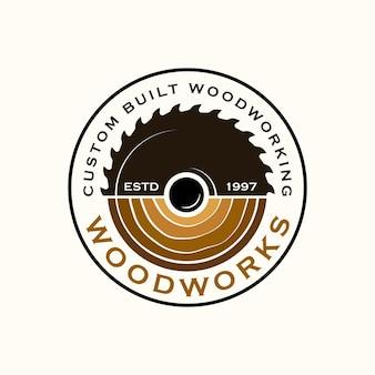 Szablon logo firmy wood industries z koncepcją pił i stolarki oraz stylu vintage