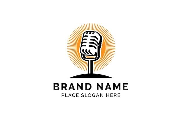 Szablon logo podcastu mikrofon mikrofonu i ilustracja wschodu słońca projekt logo piosenkarza karaoke