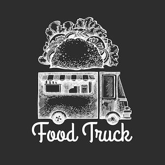 Szablon logo van żywności ulicy. ręka rysująca ciężarówka z fast food ilustracją na kredowej desce. grawerowany styl retro ciężarówka tacos.