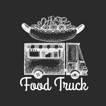 Szablon logo van żywności ulicy. ręka rysująca ciężarówka z fast food ilustracją na kredowej desce. grawerowany styl retro hot dog ciężarówka.
