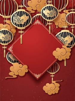 Szablon plakatu chińskiego nowego roku z wiszącymi lampionami świnek i złotymi chmurami