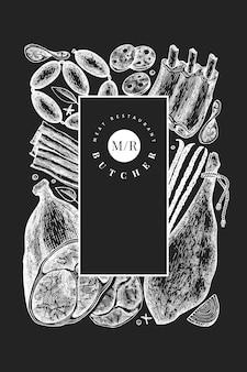 Szablon projektu vintage produktów mięsnych. ręcznie rysowane szynka, kiełbaski, jamon, przyprawy i zioła. retro ilustracja na kredowej desce. może być używany do menu restauracji.