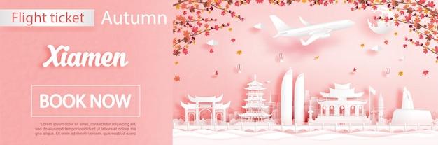 Szablon reklamy lotów i biletów z podróżą do xiamen w chinach w sezonie jesiennym dotyczy spadających liści klonu i słynnych zabytków