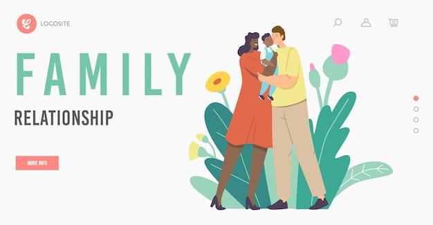 Szablon strony docelowej relacji rodzinnych. wielorasowi kochający rodzice całują dziecko. matka i ojciec kaukaskich i afrykańskich znaków etnicznych trzymając dziecko na rękach. ilustracja wektorowa kreskówka ludzie