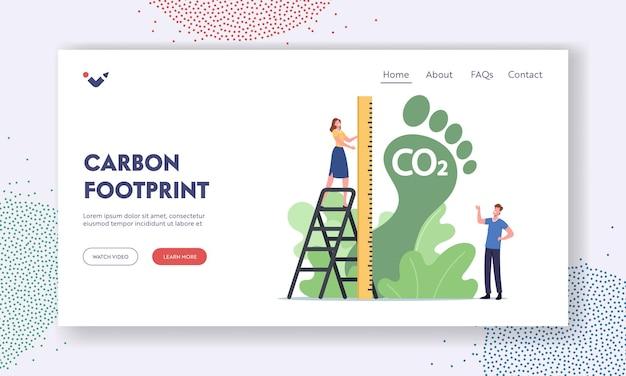 Szablon strony docelowej śladu węglowego. drobna kobieca postać miara ogromna zielona stopa, emisja co2 wpływ na środowisko. niebezpieczny efekt dwutlenku węgla, ekosystem planety. ilustracja wektorowa kreskówka ludzie