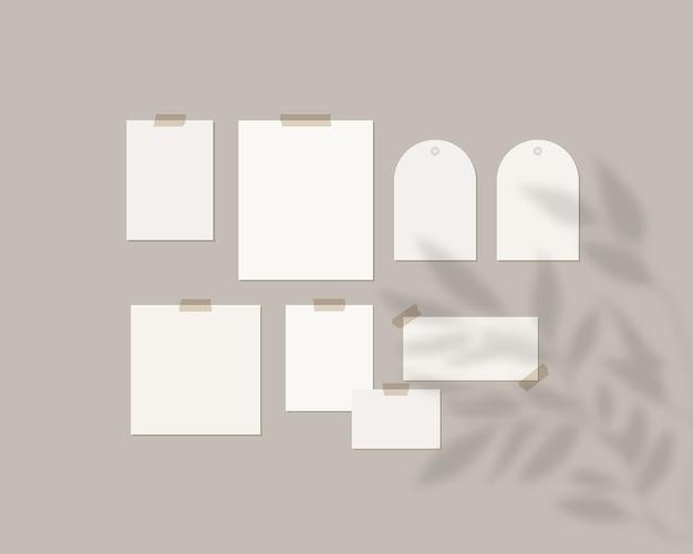 Szablon tablicy nastroju. puste arkusze białego papieru na ścianie z cieniem