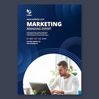 Szablon ulotki pionowej firmy marketingowej
