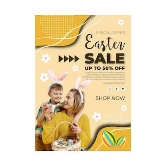 Szablon ulotki sprzedaży pionowej na wielkanoc z jajkami i rodziną