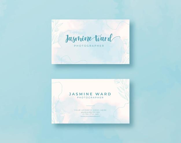 Szablon wizytówki z piękną niebieską akwarelą