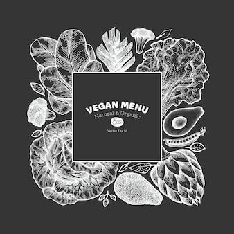 Szablon zielone warzywa. ręcznie rysowane ilustracja jedzenie na pokładzie kredy. baner warzywny w stylu grawerowanym. retro botaniczny.