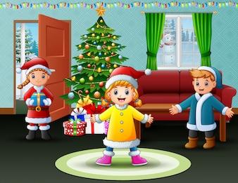 Szczęśliwi dzieciaki świętuje boże narodzenia w domu