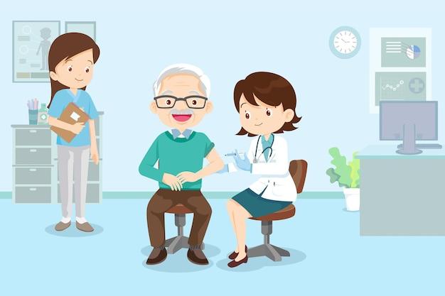 Szczepionka do wstrzykiwań dla lekarza dla starszego mężczyzny, lekarz w klinice podający szczepionkę na koronawirusa starszemu mężczyźnie