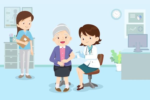 Szczepionka iniekcyjna dla lekarza dla starszej kobiety lekarz w klinice podając szczepionkę na koronawirusa
