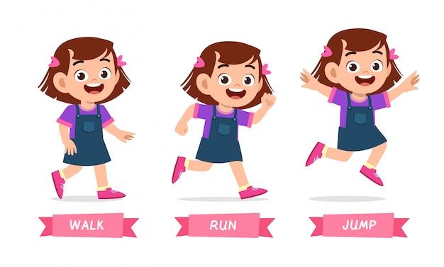 Szczęśliwa dzieciak dziewczyna robi wak bieg skokowi