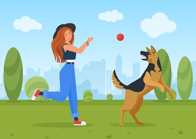 Szczęśliwa dziewczyna bawi się z psem, młoda kobieta i przyjaciel pies pasterski, skaczą i grają w piłkę