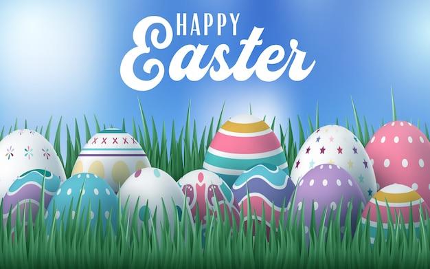 Szczęśliwa kartka wielkanocna z jajkami, trawą, kwiatami i efektem bokeh.