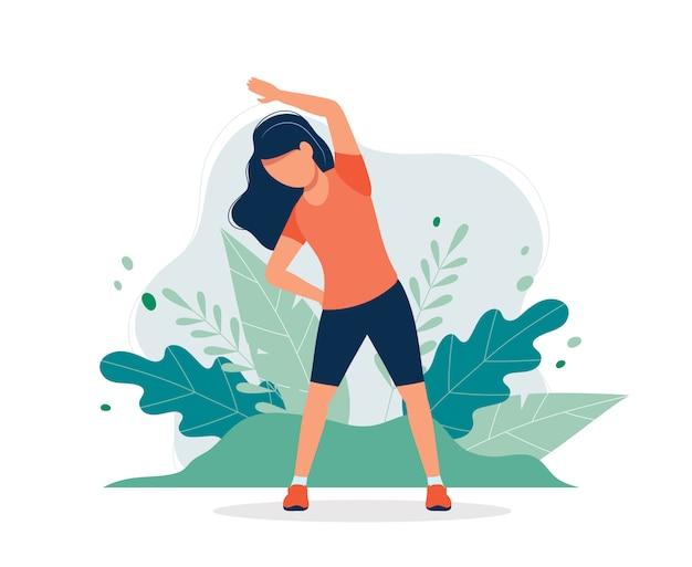Szczęśliwa kobieta ćwiczy w parku.