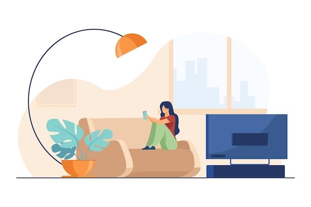 Szczęśliwa kobieta czytanie książki w domu