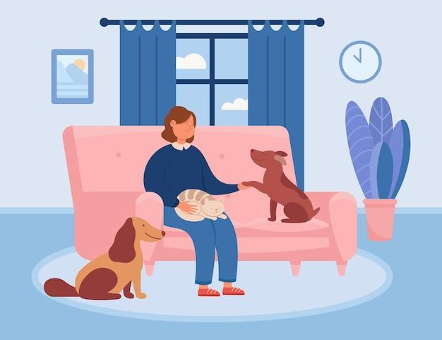 Szczęśliwa kobieta kreskówka relaksuje się na kanapie ze zwierzętami w domu
