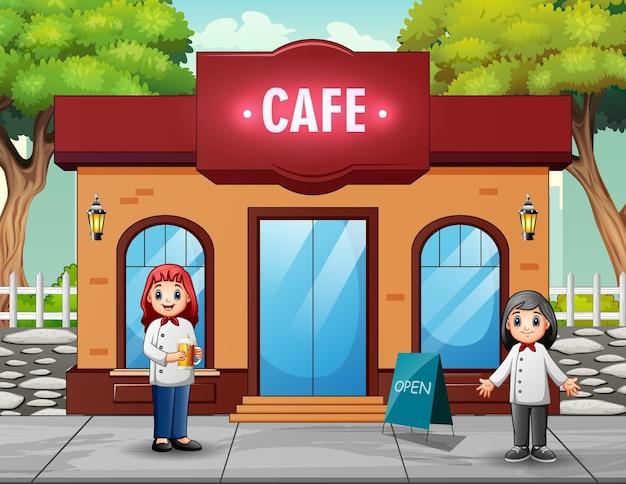 Szczęśliwa kobieta kucharzy przed kawiarnią?