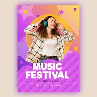Szczęśliwa kobieta słucha muzyczny plakatowy szablon