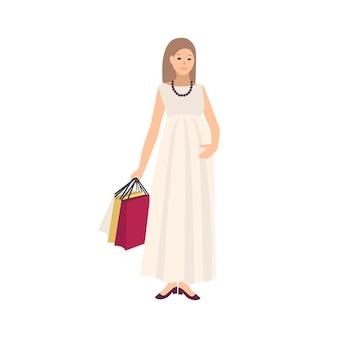 Szczęśliwa kobieta w ciąży na sobie sukienkę i niosąc torby na zakupy z zakupami na białym tle. młoda matka kupuje ubrania dla swojego dziecka. kolorowa ilustracja wektorowa w stylu płaskiej kreskówki