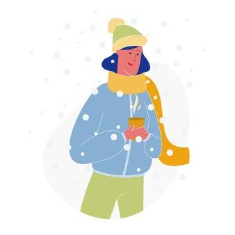 Szczęśliwa kobieta w ciepłym clothe hold cup z gorącym napojem