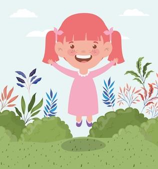 Szczęśliwa mała dziewczynka w śródpolnym krajobrazie