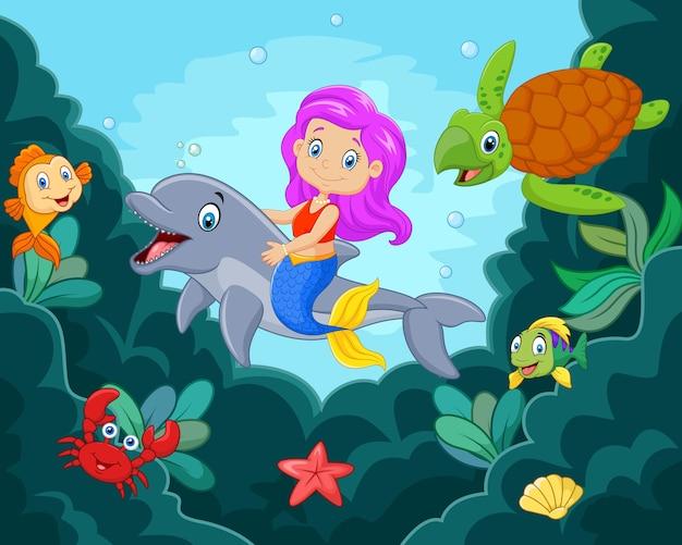 Szczęśliwa mała syrenka bawić się w oceanie