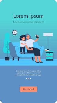 Szczęśliwa mama i słodka córka biorąc selfie na smartfonie