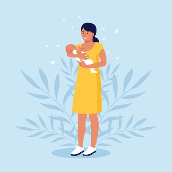 Szczęśliwa matka trzyma w ramionach swoje niemowlę. macierzyństwo i troska o dzieci. kobieta z noworodkiem na rękach